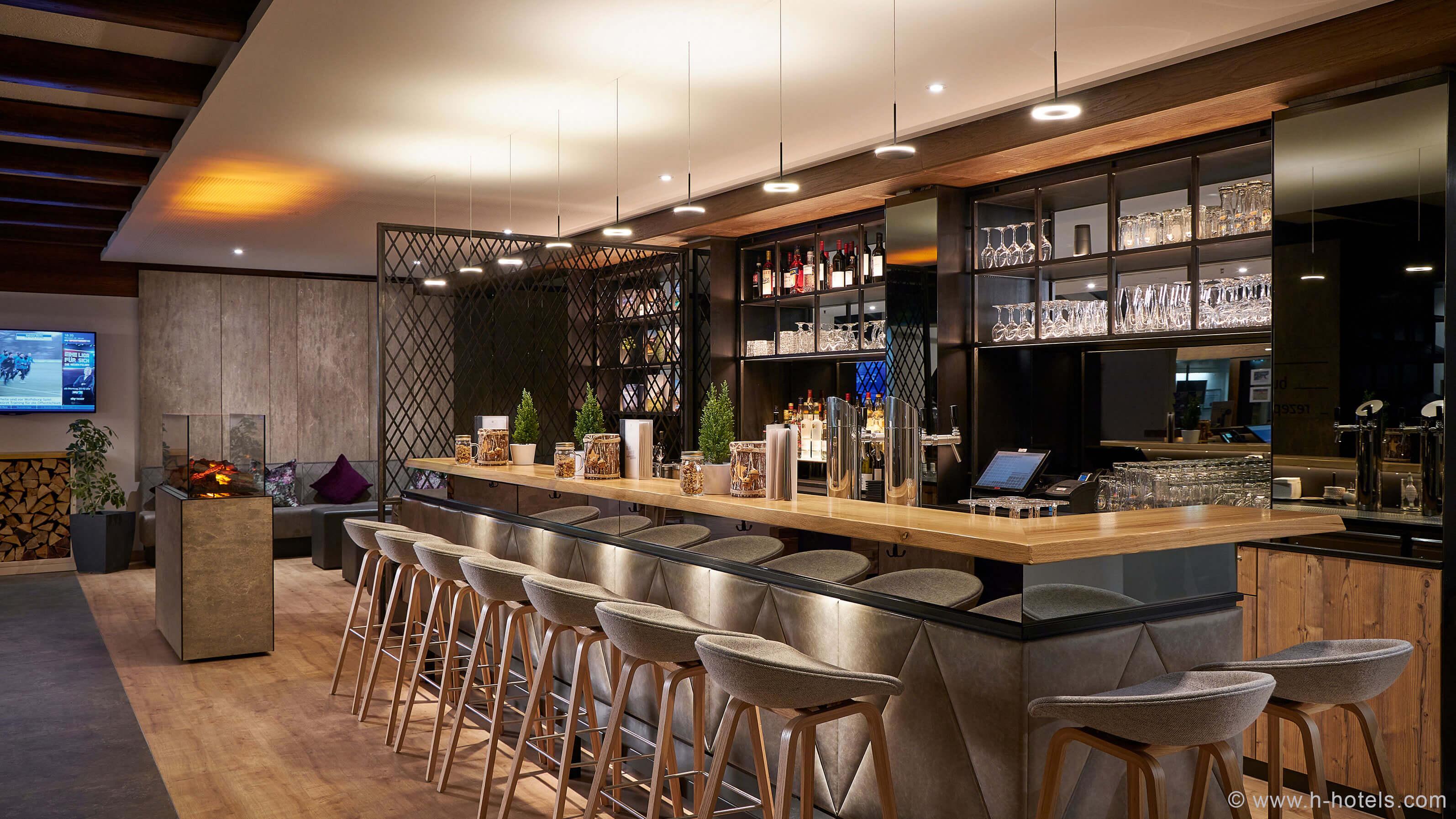 h-hotels_bar-01-hplus-hotel-garmisch_Original-(kommerz.-Nutzung)-_19c8e01f_