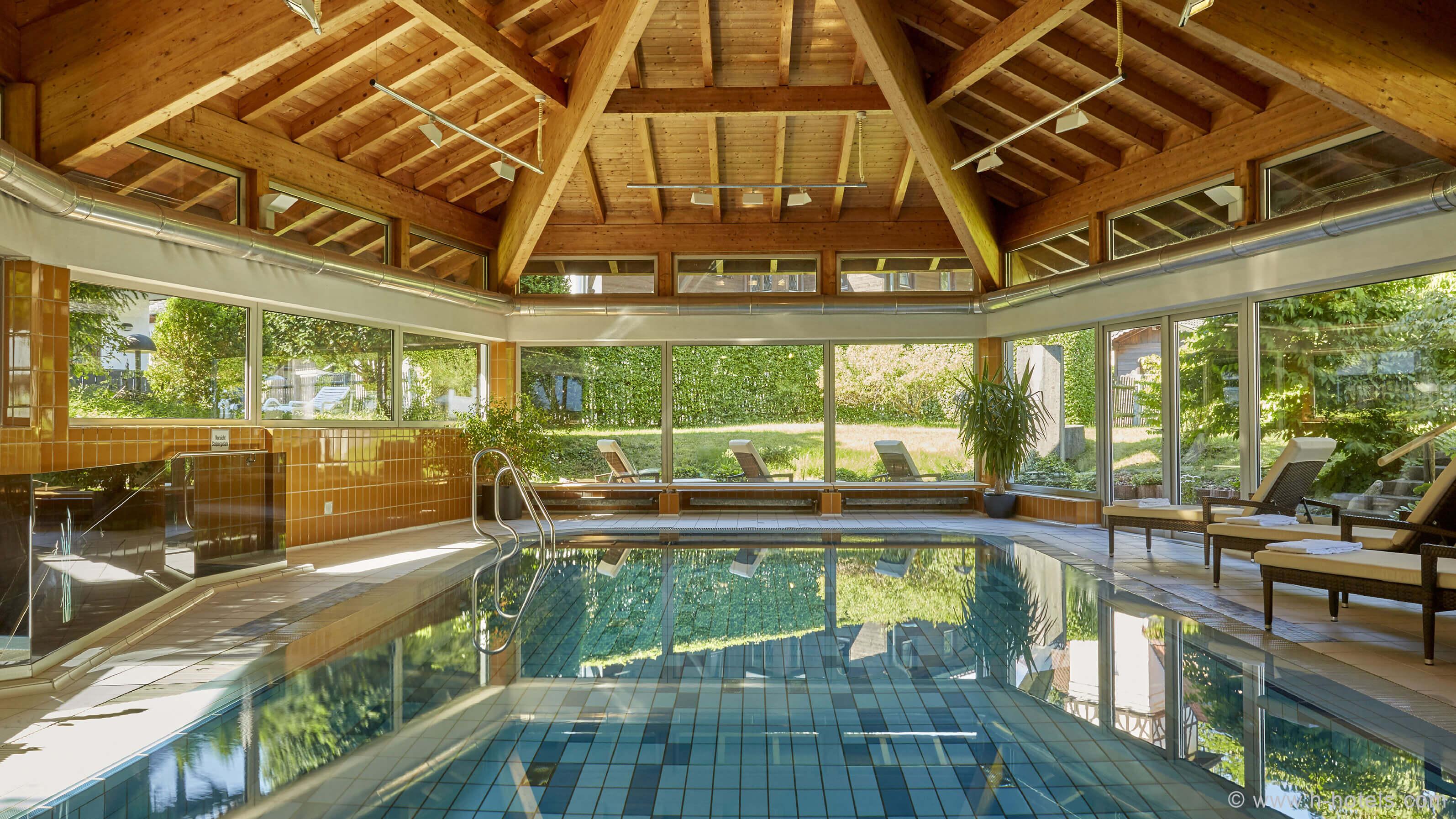 h-hotels_wellness-schwimmbad-01-hplus-hotel-garmisch_Original-(kommerz.-Nutzung)-_a856d0b9_