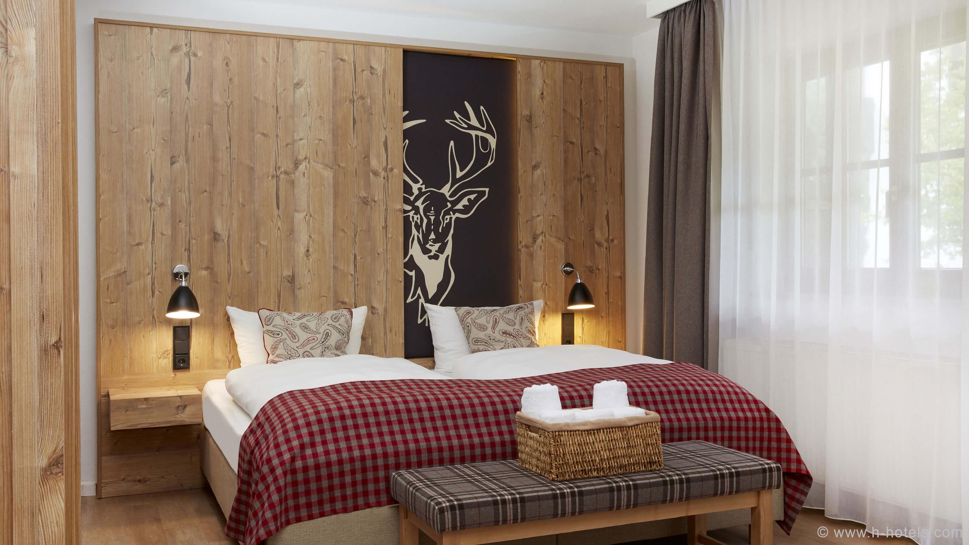 h-hotels_zimmer-superior-doppelzimmer-bett-02-hplus-hotel-garmisch_Original-(kommerz.-Nutzung)-_3c2ce606_