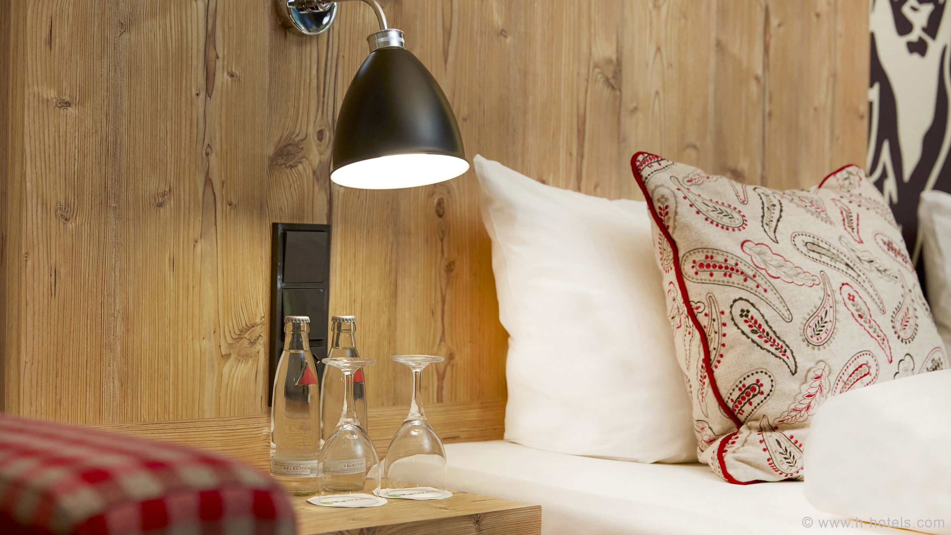 h-hotels_zimmer-superior-doppelzimmer-bett-kissen-hplus-hotel-garmisch_Original-(kommerz.-Nutzung)-_06a9d3f2_